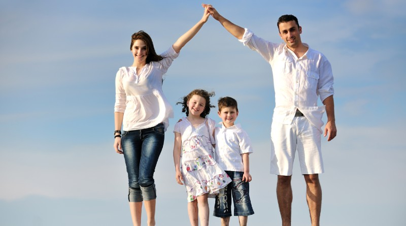 young-couple-with-small-children-dream-about -their-new-home