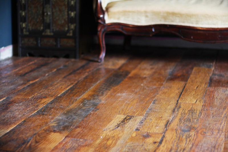 southend-reclaimed-run-for-the-roses-wood-flooring-closeup-with-furniture